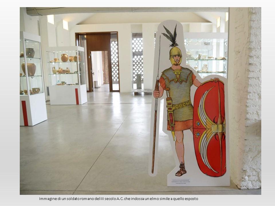 Immagine di un soldato romano del III sec. a.c. che indossa un elmo simile a quello esposto